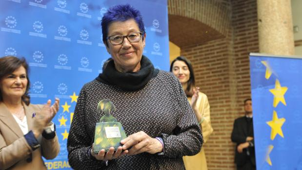 Ana Camelo, concejala de la Mujer en el Ayuntamiento de Cádiz, recoge el distintivo.