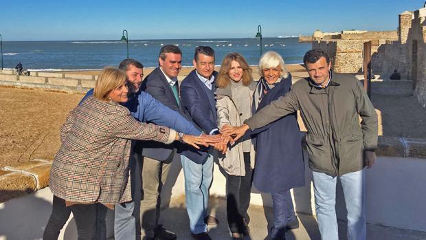 El candidato del PP por la provincia, Pepe Ortiz, con otros miembros de la candidatura y dirigentes populares.