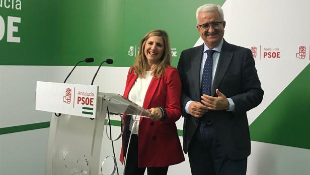La responsable provincial del PSOE de Cádiz con el número 1 de la candidatura, Manuel Jiménez Barrios.