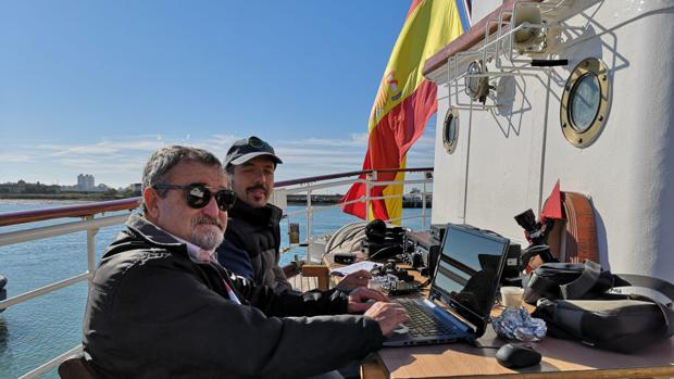 Dos radioaficionados transmitiendo con la emisora instalada a popa del Elcano.