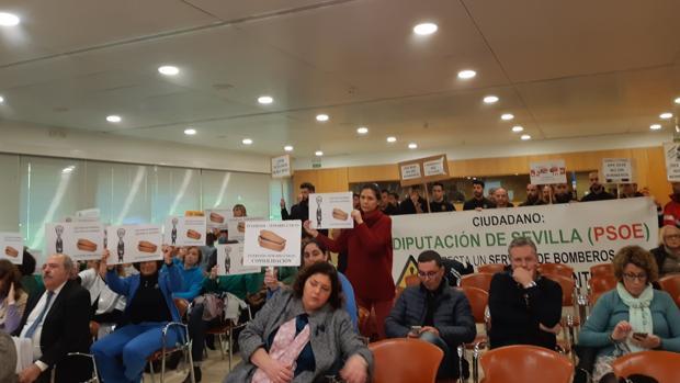 Protesta de los bomberos de la Diputación de Sevilla durante la celebración del pleno este martes