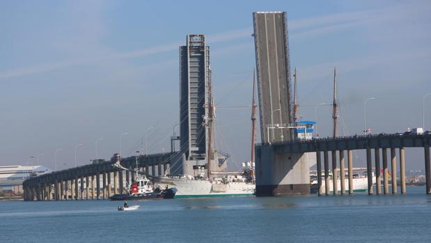 El Juan Sebastián de Elcano a su paso por el puente Carranza.