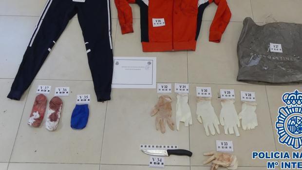 Cuchillo, guantes y ropa ensangrentada encontrada por la Policía.