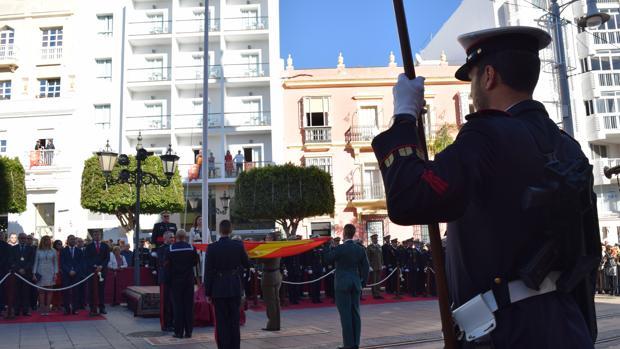 Numeroso público acudió a la Plaza Iglesia para ver el acto.