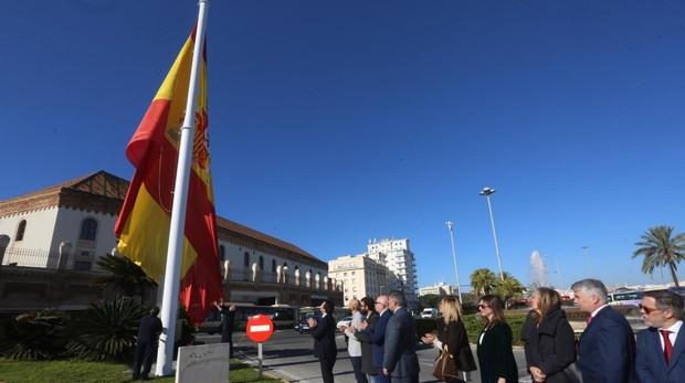 Momento del izado de la bandera en la Plaza de Sevilla.