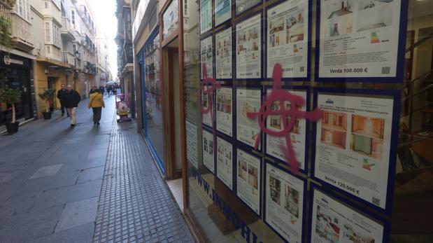 Pintadas en comercios y locales de la ciudad tras la manifestación.