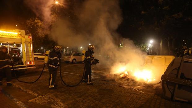 Los Bomberos, sofocando un fuego provocado por los radicales en contenedores de la ciudad.