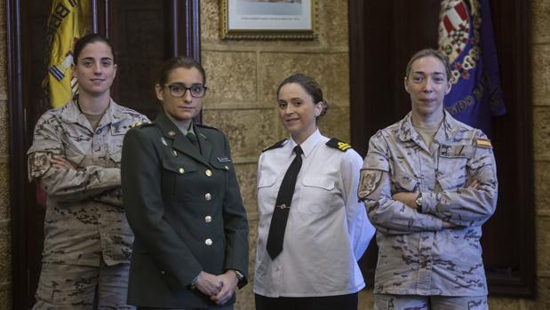 De izquierda a derecha, la capitán Antón, la capitán enfermera Salvo, la teniente de navío Vélez y la cabo primero Porcel.