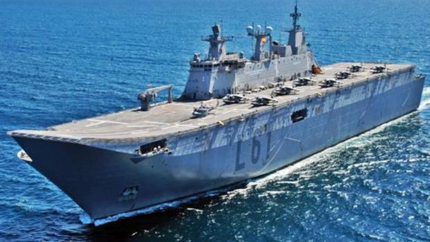 El 'Juan Carlos I', el mayor buque de guerra español, con varias aeronaves en su cubierta.
