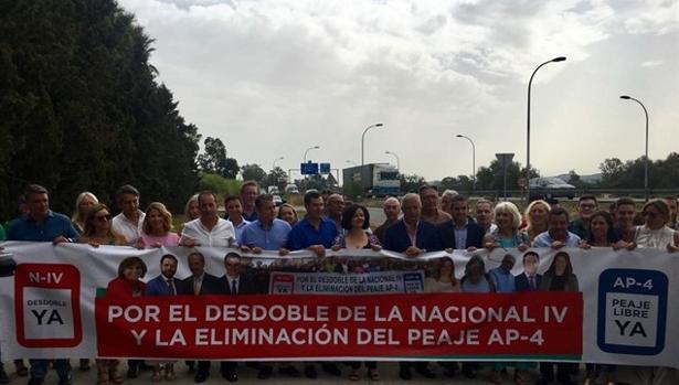 Juanma Moreno Bonilla junto a numerosos dirigentes del PP reclamando la liberalización del peaje.