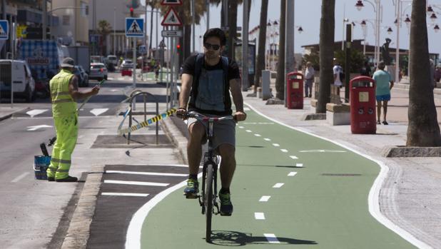 El carril bici ha provocado la pérdida de numerosos aparcamientos.