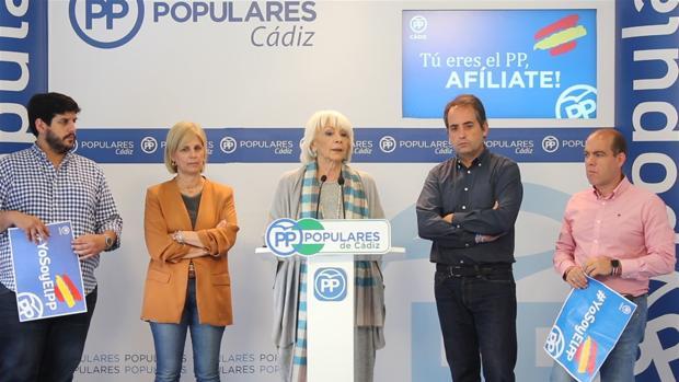 Teófila Martínez en una rueda de prensa en la sede del PP de Cádiz.