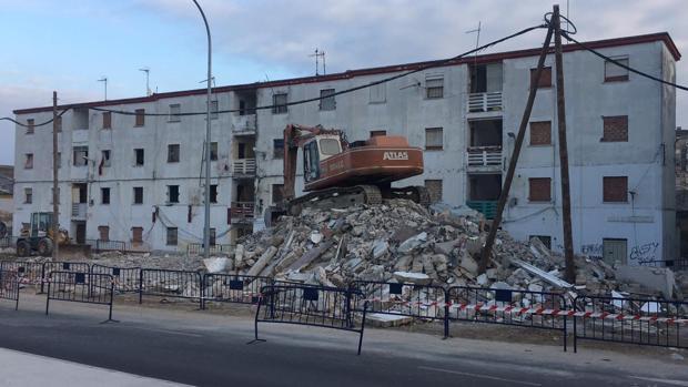 Las máquinas han derribado toda la primera fila de pisos de esta barriada portuense.
