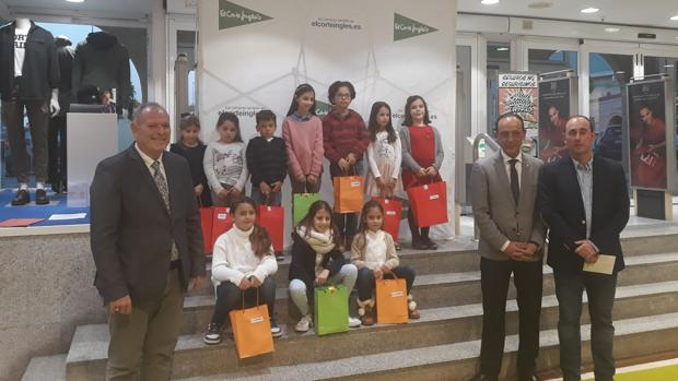 El acto de entrega de los premios a los ganadores del tradicional concurso navideño que realiza El Corte Inglés.