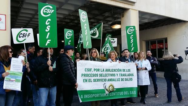 Profesionales sanitarios protestan en la puerta del hospital Puerta del Mar.