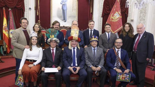 Los Reyes Magos de 2019 traspasan la corona a los de 2019.