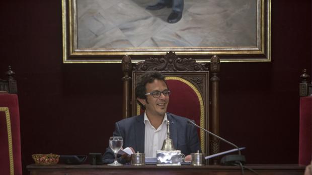 El alcalde, durante un pleno en el Ayuntamiento de Cádiz.