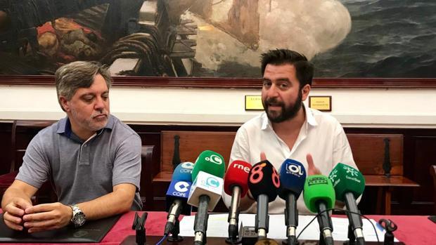Óscar Torres, junto a Fran González, en una rueda de prensa.
