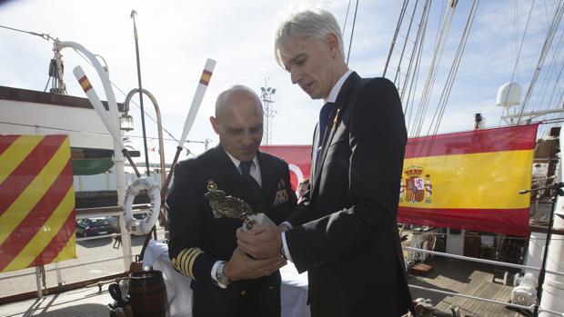 El comandante del Elcano (izquierda), recibe la escultura que reconoce al buque como mejor embajador de España de manos del presidende de la Academia de Diplomacia, Santiago Velo de Antelo.