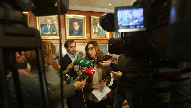 La delegada del Estado para la Zona Franca de Cádiz, Victoria Rodríguez, durante el desayuno navideño con los periodistas.