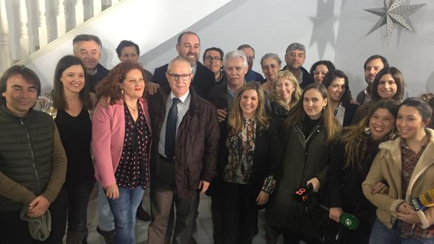 Los representantes de la Ejecutiva del PSOE de Cádiz junto a los periodistas