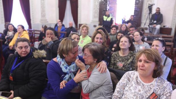 Limpiadoras municipales celebran emocionadas la aprobación de su nuevo pliego.