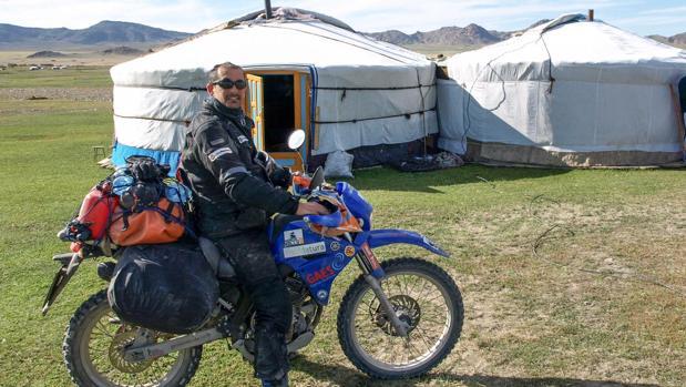 Manuel en una de las etapas del rally en moto de España a Mongolia.