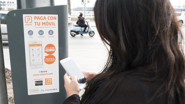 Uno de los nuevos parquímetros instalados por Emasa en el casco histórico de Cádiz.