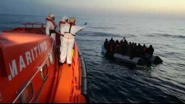 Efectivos de Salvamento Marítimo en el rescate a una patera
