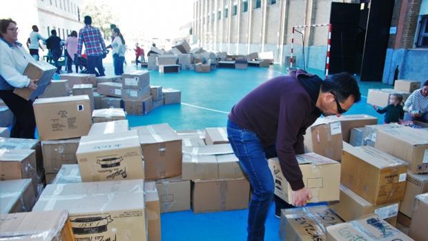 Uno de los voluntarios ordena los alimentos recaudados