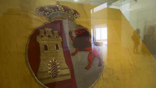 Detalle de la bandera de combate del acorazado 'Carlos V', expuesta en el Museo Naval de San Fernando.