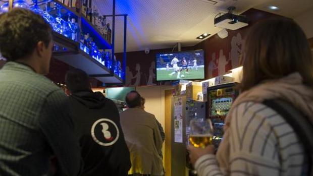 Un bar emite un partido de la liga en abierto a sus clientes.