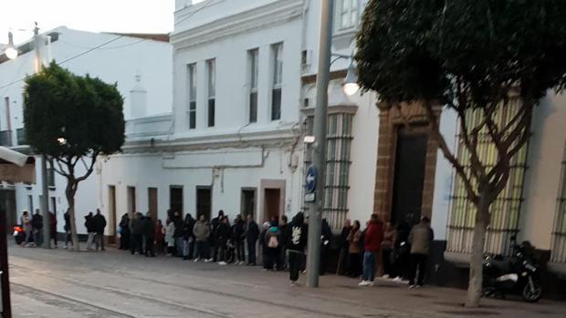 Imagen de personas en cola en la puerta del Ayuntamiento.