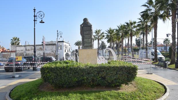 La plaza donde está la estatua de Camarón completamente vallada.