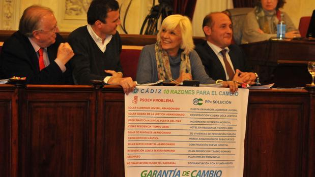 Los populares desplegaron una pancarta en el pleno con las diez reclamaciones a la Junta de Andalucía.