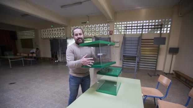 Funcionarios municipales prepararon el viernes los centros escolares para la votación de este domingo