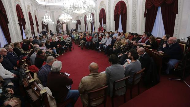 Una reunión del alcalde con los vecinos de Cádiz en noviembre de 2015.