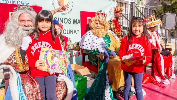 Los Reyes Magos de La Laguna comenzaron ya ayer a repartir ilusión entre los más pequeños