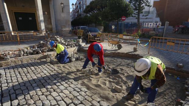 Varios empleados de la construcción en una obra de Cádiz