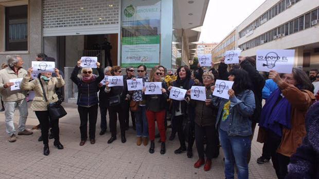 Ciudadanos reclamando ante las puertas de Eléctrica de Cádiz el apoyo al bono social gaditano.