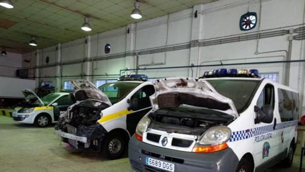 Coches de policía en reparación.