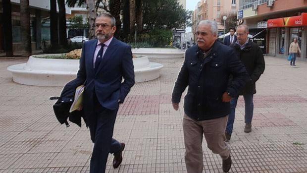 Andres Beffa (derecha) entra en los juzgados cuando acudió en marzo acompañado de su abogado. Atrás, el director técnico.