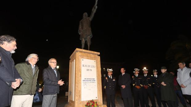 Instante del homenaje en la estatua a Blas de Lezo en Canalejas.