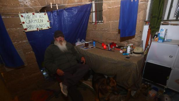 Calor en la Noche sale tres noches a la semana a prestar asistencia a los sin techo. Este miércoles entregando material para el frío a Juan de Dios, que vive en la calle.