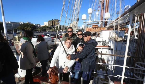 Los gaditanos han aprovechado este sábado para visitar el buque.