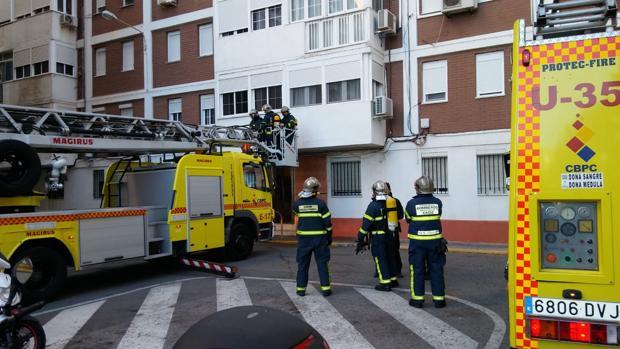Los Bomberos actuando en el incendio en una vivienda de Loreto.