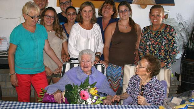 Petra, en una imagen de hace unos años, rodeada por su familia