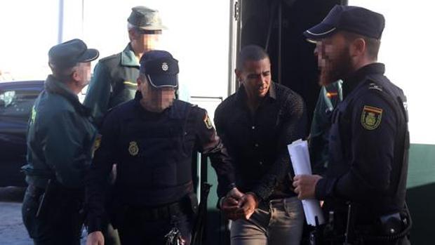 Uno de los dominicanos que asaltó la vivienda, llegando al juicio en Cádiz. - A. V.