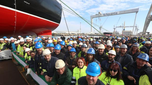 Los trabajadores se concentraron en el mismo lugar donde tenía lugar la entrega del petrolero