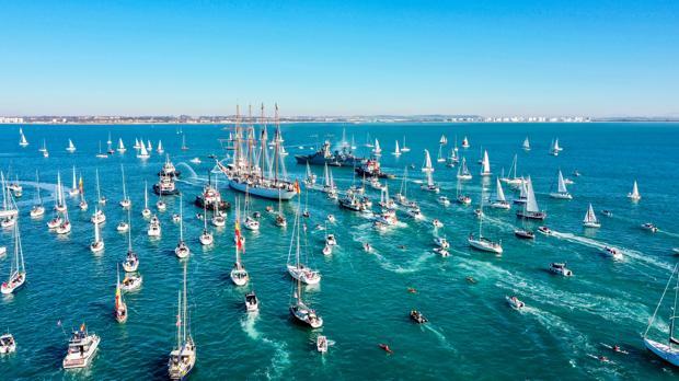 Instantánea desde el aire de la salida del Elcano, acompañado por decenas de embarcaciones.